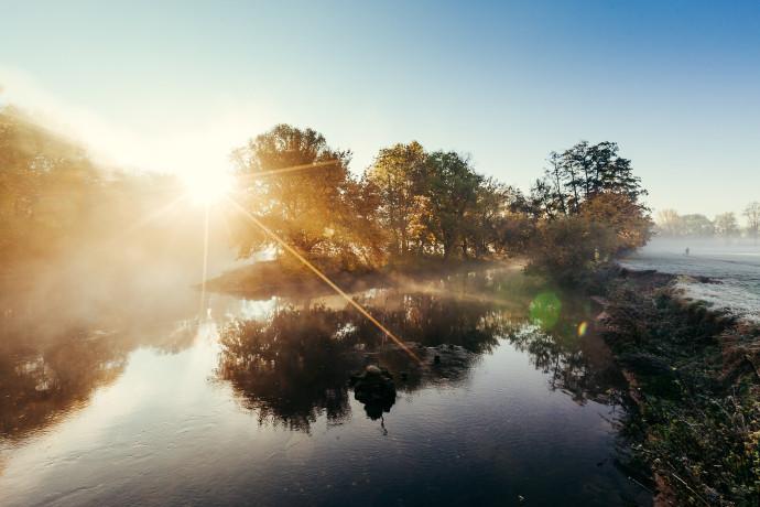 Flussdreieck im Morgennebel