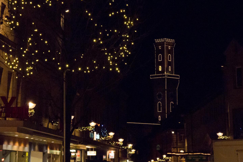 Beleuchteter Rathausturm bei Nacht