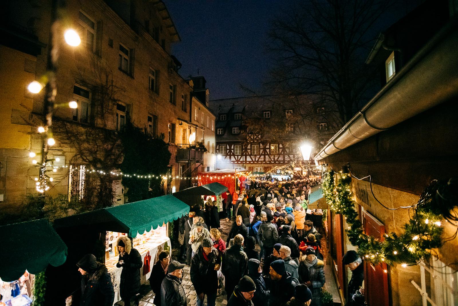 Blick über den Altstadtweihnachtsmarkt an der Freibank