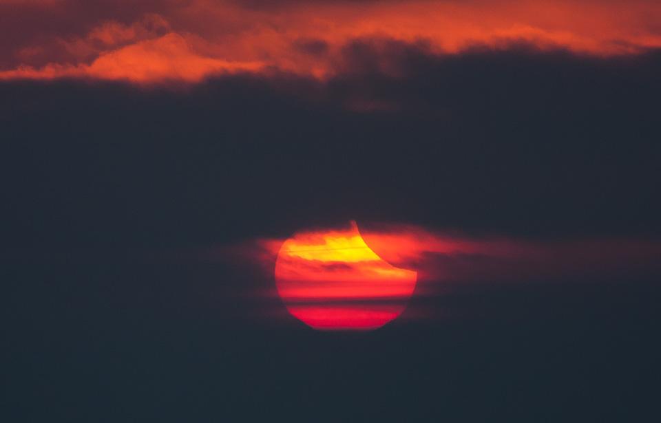 Sonnenfinsternis im Sonnenaufgang