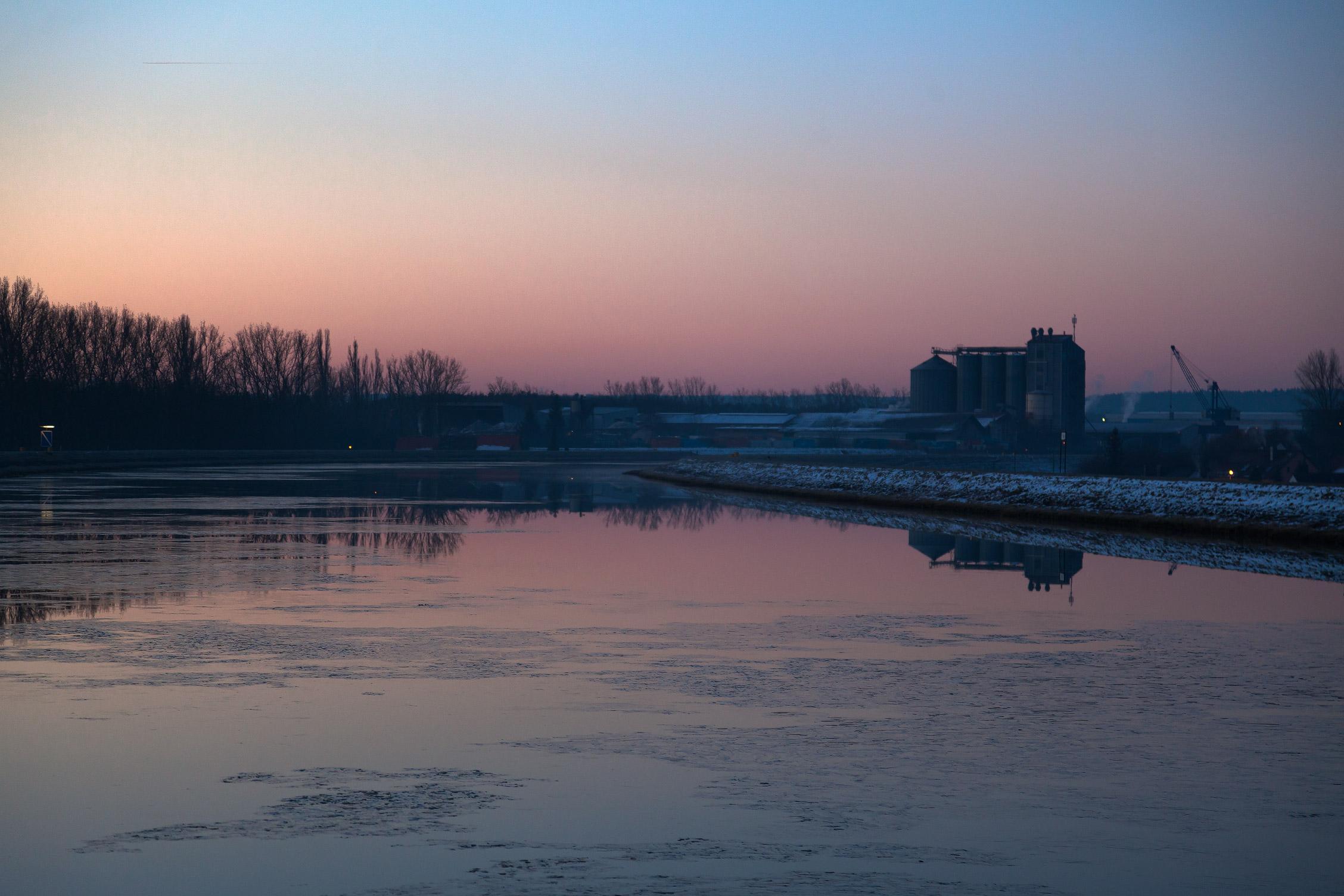 Dämmerung über dem Main-Donau-Kanal am Fürther Hafen