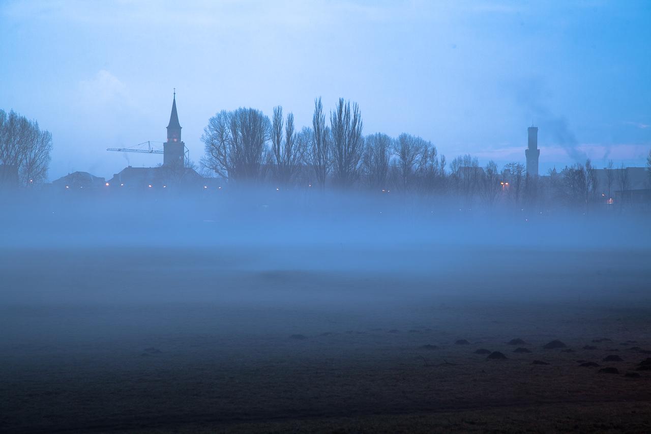 Rathaus und St.Michael im Nebel