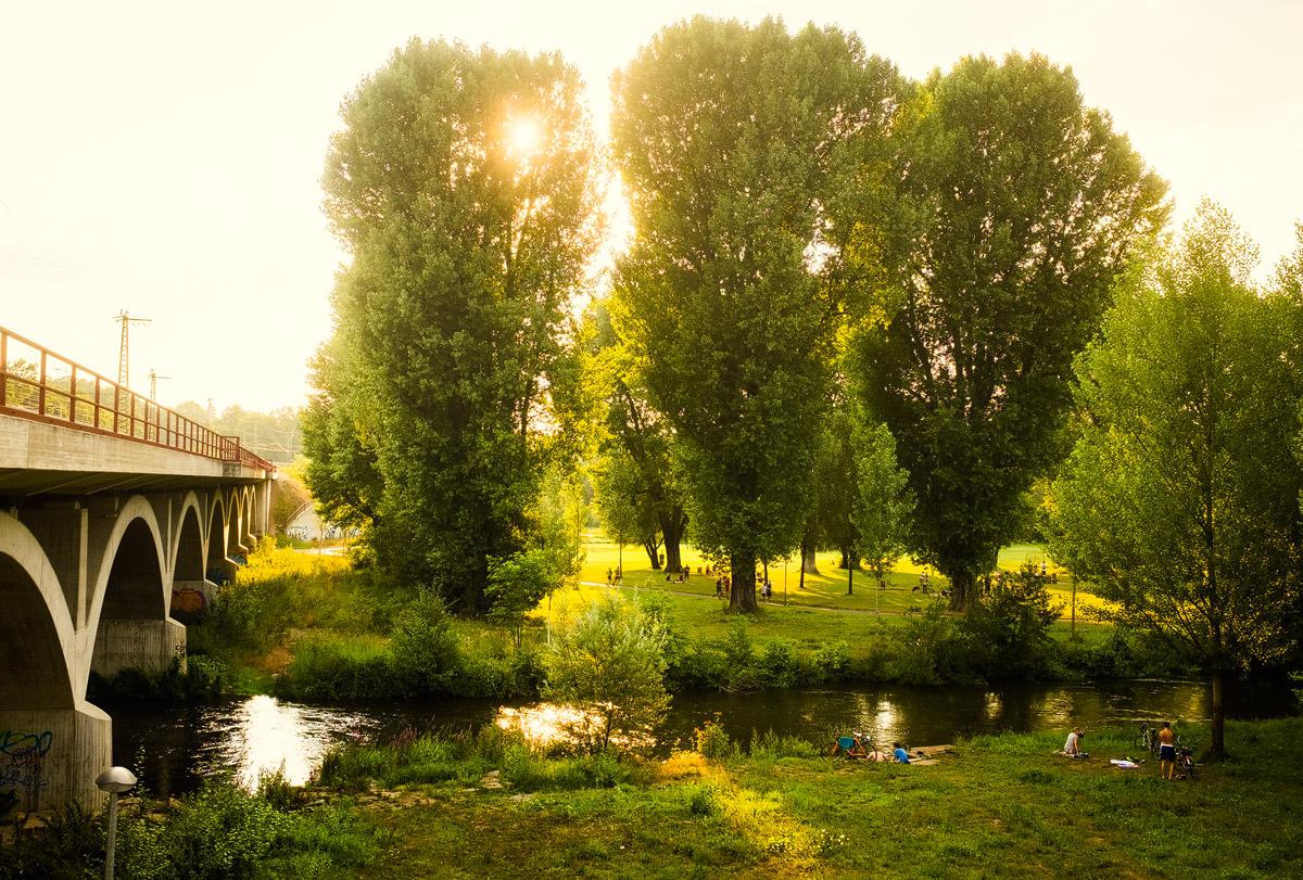 Blick auf Fürther Wiesengrund im Sommer – Grillplatz an der Siebenbogenbrücke