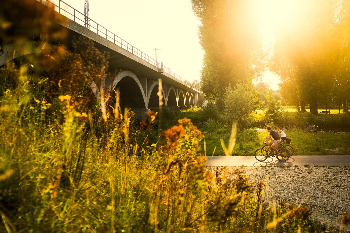 Radfahren in Fürth im Wiesengrund an der Siebenbogenbrücke an der Rednitz im Sommer