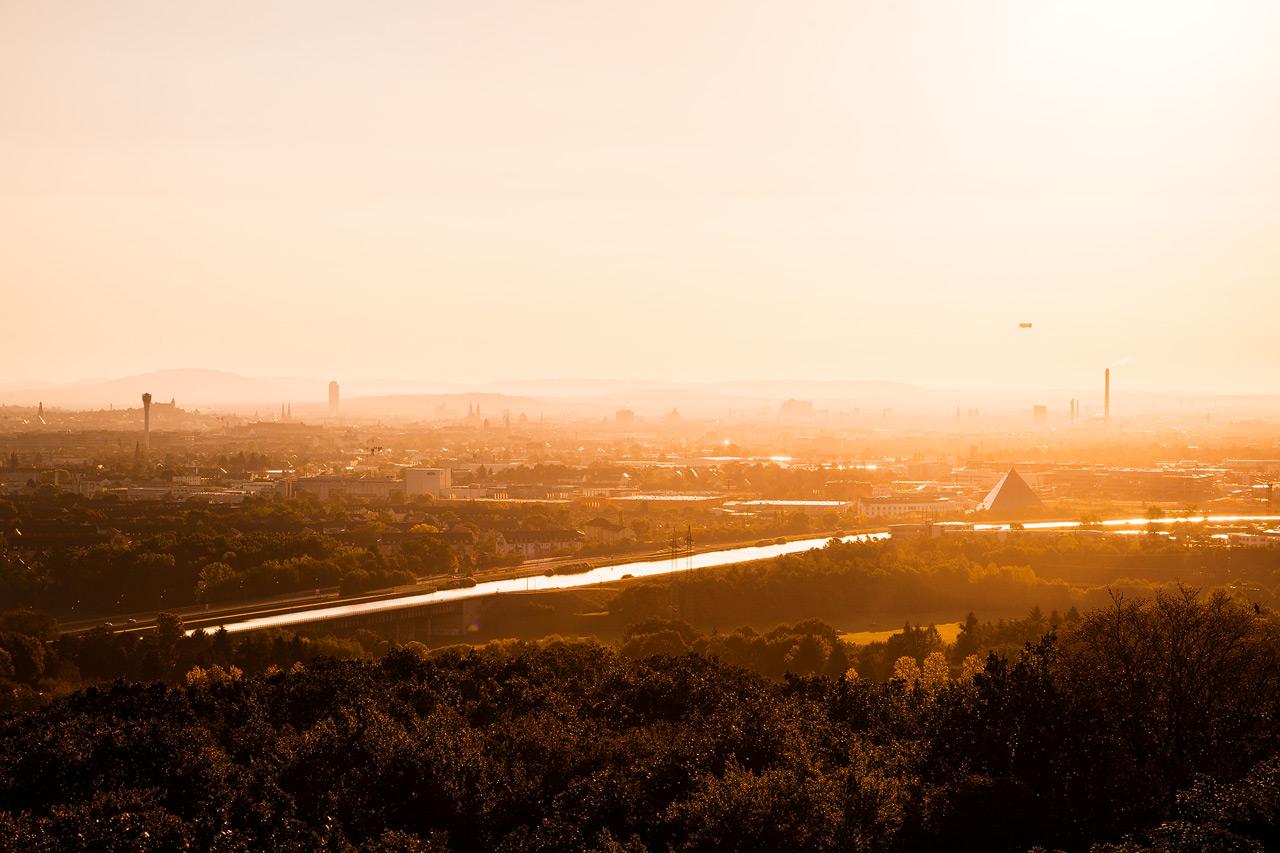 Blick auf Nürnberg im Morgenlicht Sonnenaufgang