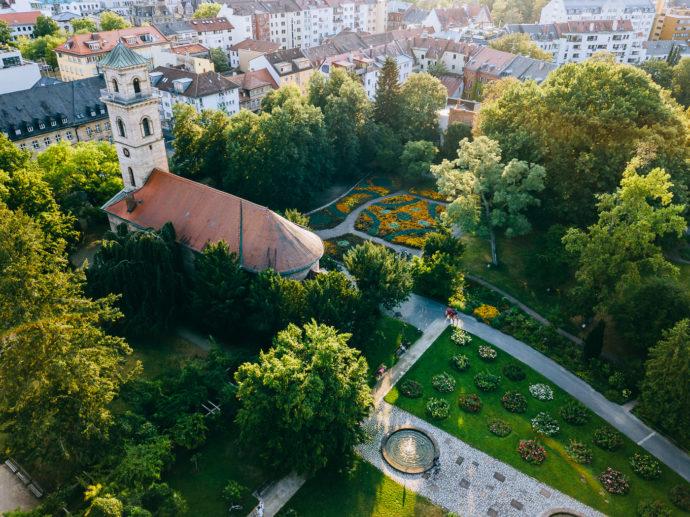 Auferstehungskirche und Rosengarten im Fürther Stadtpark