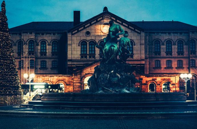 Der Centaurenbrunnen vor dem Fürther Hauptbahnhof